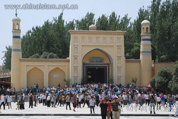 斋月聚礼之后穆斯林走出寺门