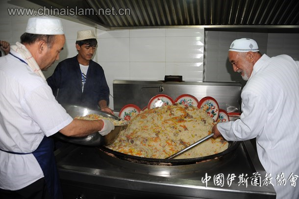 洋行清真寺为穆斯林准备鲜美的开斋抓饭