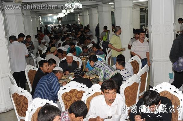 新疆穆斯林在洋行清真寺品尝开斋饭