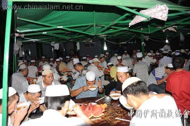 新疆穆斯林在陕西大寺品尝开斋饭