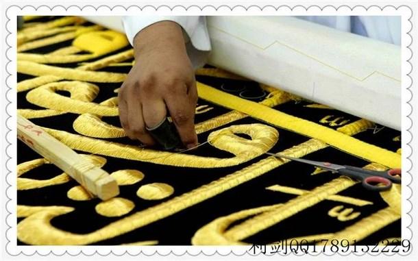 整个幔帐由16块组成,金丝带下面雕刻的是虔诚章经文